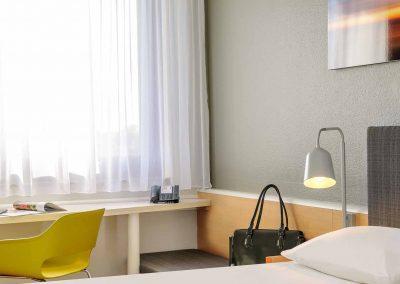 Ibis Bremen City Standard Zimmer CloseUp Schreibtisch mit Accessoires